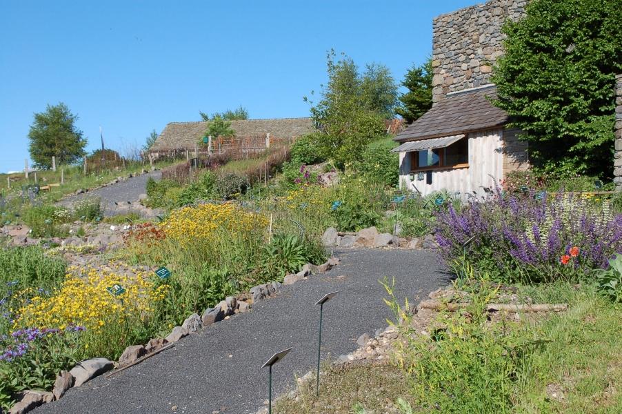 Cabanon et floraisons au Jardin botanique de l'Aubrac